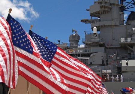 Photo pour Drapeaux américains flottant à côté du cuirassé Missouri à Pearl Harbor, Honolulu, Oahu, Hawaï avec 4 marins marchant sur le pont . - image libre de droit