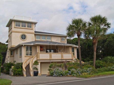 Photo pour Trois étages maison de plage trouvée en Floride. - image libre de droit