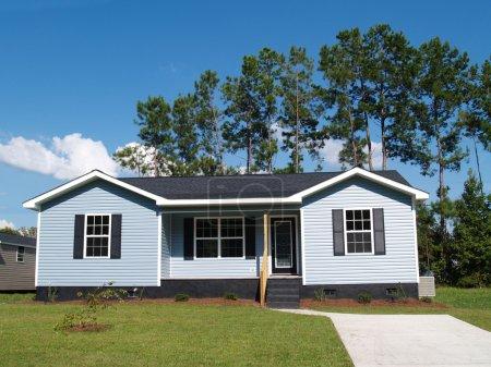 Maison de plain-pied à faible revenu bleu poudre avec porche