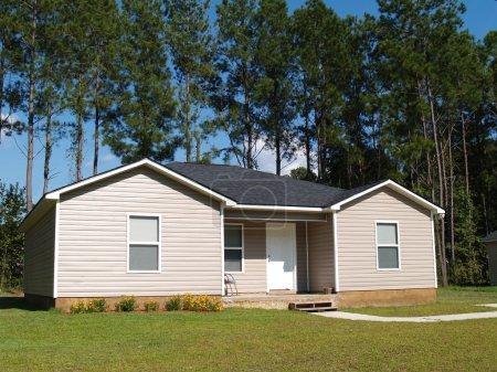 Petite maison avec bardage en vinyle beige faible revenu