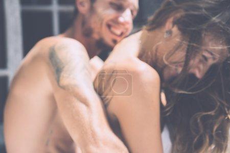 couple fait l'amour au lit