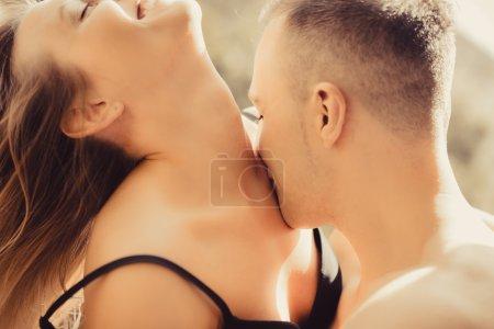 Photo pour Jeune couple à la maison le matin - image libre de droit