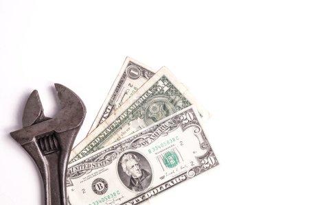 Photo pour Outils de travail couché avec l'argent symbolise le paiement pour le travail effectué, le salaire de travail, les coûts de réparation. Isolé sur blanc - image libre de droit