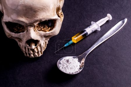 Skulle, Syringe and drugs on a spoon