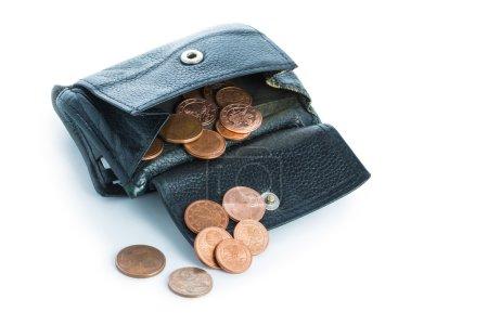 Foto de Cartera de cuero gastado viejo con dinero pequeño, algunas monedas de euro derramando, aislado en el fondo blanco - Imagen libre de derechos