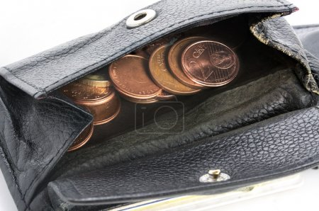 Foto de Ver en una cartera de hombres pobres con algunas monedas de cobre - Imagen libre de derechos