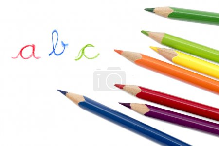 Foto de Crayones o lápices de colores y letras manuscritas Abc aislaron sobre fondo blanco - Imagen libre de derechos
