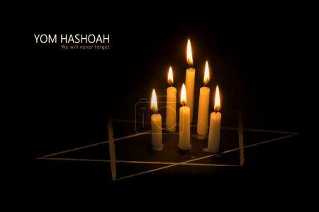 Photo pour Six bougies brûlants et l'étoile de David sur fond noir, texte Yom Hashoah, l'Holocauste juif et l'héroïsme du jour du souvenir - image libre de droit
