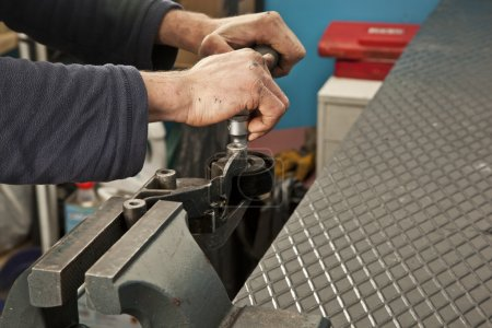 Photo pour Mécanicien automobile travaillant dans le garage. Service de réparation . - image libre de droit