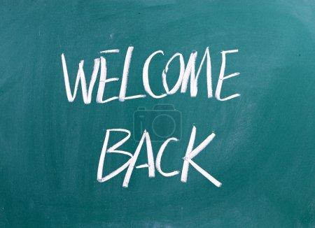 Photo pour Bienvenue de retour écrit sur une ardoise - image libre de droit