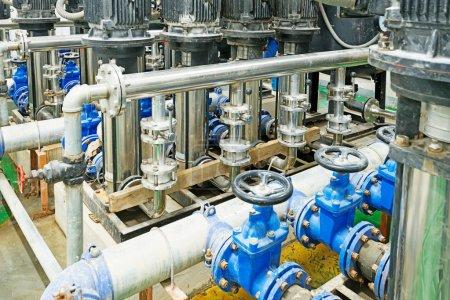 Photo pour Équipement, câbles et tuyauteries se trouvant à l'intérieur de la centrale industrielle - image libre de droit