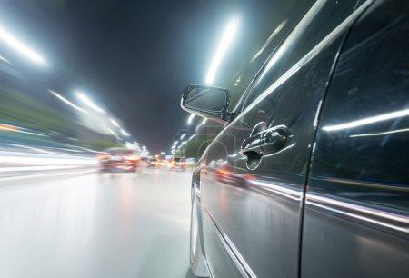 Photo pour Voiture sur la route la nuit avec fond flou de mouvement - image libre de droit