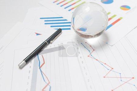 Photo pour Présentation d'affaires avec le globe et le diagramme sur le bureau - image libre de droit
