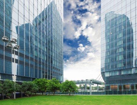 Photo pour Parc de la ville avec fond de bâtiment moderne à Shanghai - image libre de droit