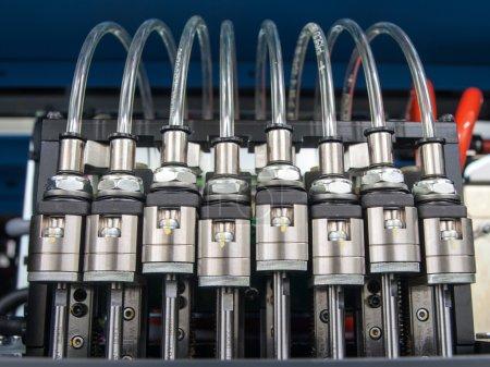 Photo pour Electrovannes moteur et les tuyaux en plastique transparent - image libre de droit