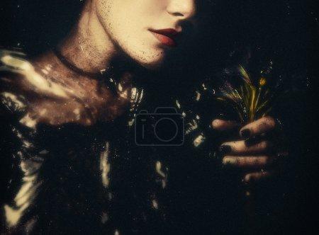 Photo pour Femme sous l'eau avec des fleurs - image libre de droit