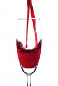 červené víno dvojí, nalil do sklenice na šampaňské