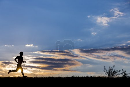silhouette eines Joggers bei Sonnenuntergang