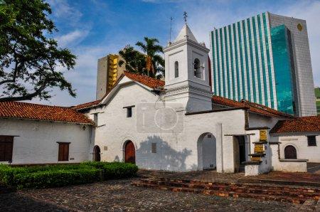 Photo pour Anachronisme, ancien versus nouveau à Cali, Colombie . - image libre de droit