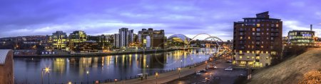 Photo pour Panorama de Newcastle upon Tynes River Tyne montrant Newcastle et Gatesheads Quayside avec le Millennium and Tyne Bridge, Northeast, Tyne and Wear - image libre de droit