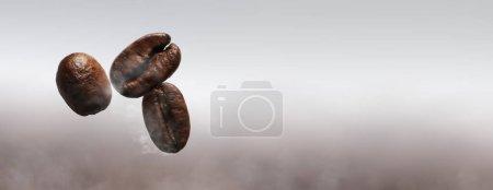Photo pour Panoramique de grains de café torréfiés flottant - image libre de droit