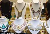 Schmuck Shopwindow Halsketten Perlen