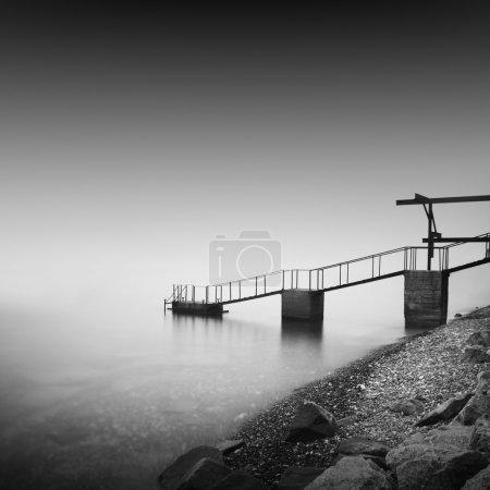 Foto de Marino de larga exposición diurna con el objeto en el mar. La foto tomada en blanco y negro. Mar Negro, Odessa, Ucrania - Imagen libre de derechos