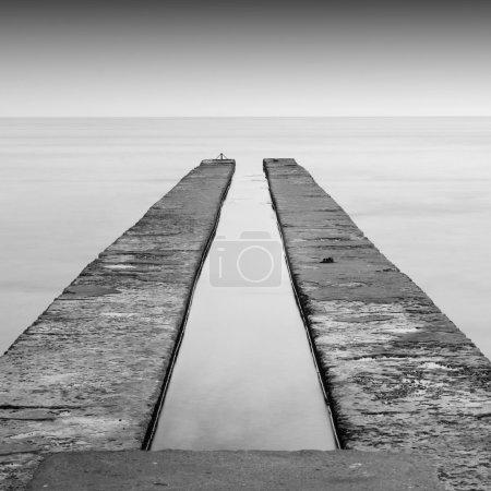 Foto de Escena de paisaje marino blanco y negro de larga exposición diurna - Imagen libre de derechos