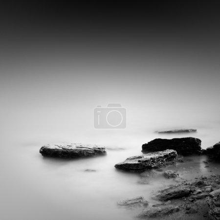 Foto de Marino liso negro con objetos en el mar. la foto tomada en blanco y negro. Mar Negro, odessa, Ucrania - Imagen libre de derechos
