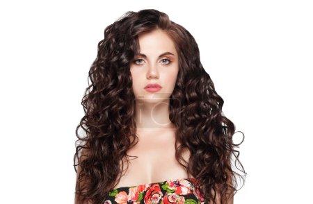 Photo pour Femme avec de longs cheveux bruns de beauté - posant au studio - image libre de droit