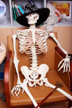 das Skelett eines Mannes mit ledernem Cowboyhut