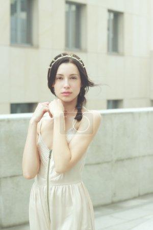 Foto de Hermosa mujer en moda glamour vestido beige - Imagen libre de derechos