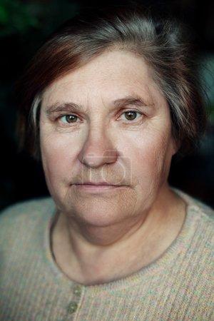 Photo pour Penser femme âgée portrait gens vie de cheveux - image libre de droit