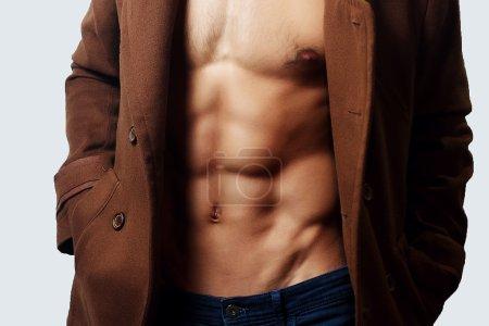 Photo pour Torse masculin musclé poitrine, puissance, fitness, jeune - image libre de droit