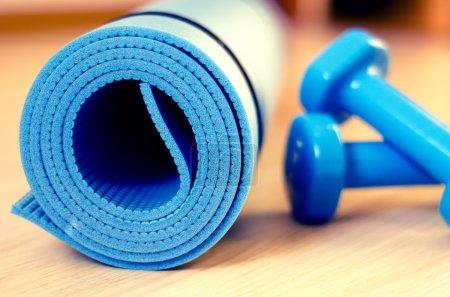 Photo pour Tapis pour cours de fitness et haltères - filtre instagram - image libre de droit
