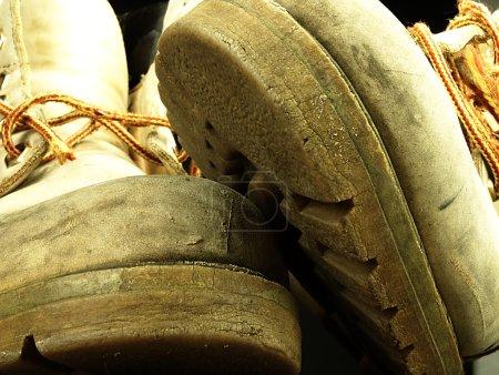 Photo pour Deux vieilles chaussures lourdes et usées, vues du point de vue des grenouilles . - image libre de droit