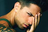 Pohledný muž s bolestí hlavy