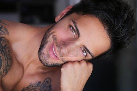 Photo pour Fermer Portrait d'un bel homme souriant - image libre de droit