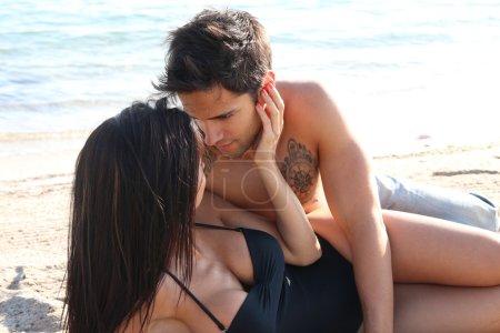 Photo pour Un homme et une femme s'embrassant sur la plage - image libre de droit