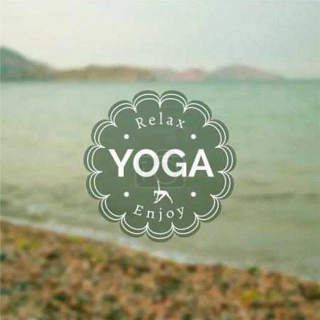 Illustration pour Illustration de yoga vectoriel. Nom du studio de yoga sur fond de photo floue. Devise du cours de yoga. Sticker de yoga avec un fond marin. Exercices de yoga, mode de vie sain. Affiche de yoga avec vue sur la mer . - image libre de droit