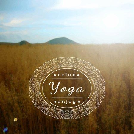 Illustration pour Illustration de yoga vectoriel. Nom du studio de yoga sur fond de champ flou. Affiche pour le cours de yoga avec un fond photo journée ensoleillée - image libre de droit