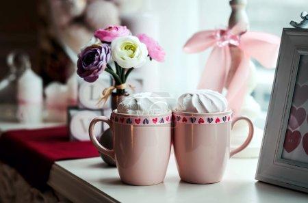 Photo pour Décorations pour Valentin guimauves de fond, des tasses, des coeurs - image libre de droit