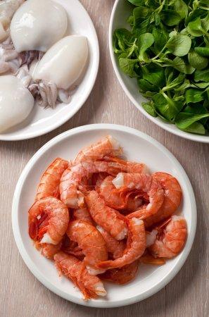 Photo pour Crevettes et seiches crues, gros plan - image libre de droit