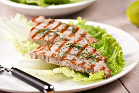 Grilled tuna with salad