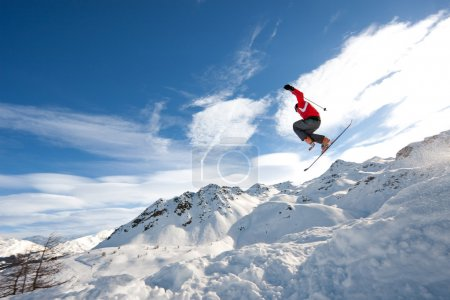 Foto de Hombre joven en salto en esquís - Imagen libre de derechos