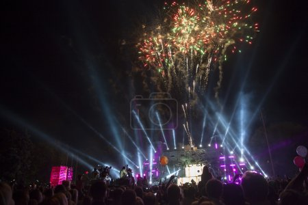 Photo pour Un grand spectacle nocturne avec pyrotechnie - image libre de droit