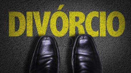 Foto de Superior vista de negocio de zapatos en el piso con el texto: divorcio (en Portugués) - Imagen libre de derechos
