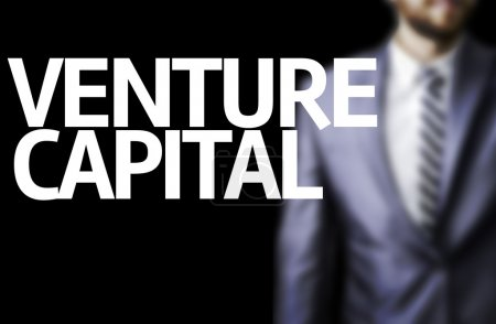 Photo pour Capital de risque écrit sur un conseil d'administration avec un homme d'affaires sur fond - image libre de droit