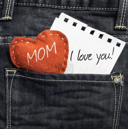 Photo pour Maman, je t'aime ! écrit sur une paix de papier et un cœur sur un fond de jean - image libre de droit