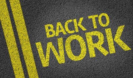 Photo pour Back To Work écrit sur le fond de la route - image libre de droit